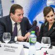 """Emma Watson, en présence du premier ministre suédois Stefan Löfven et de Phumzile Mlambo-Ngcuka, participe à une conférence de presse """"UN Women"""" lors du 45e Forum Economique Mondial de Davos, le 23 janvier 2015."""