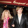 Exclusif - Amanda Lear et son ami dînent au Fouquet's à Paris le 28 janvier 2015.