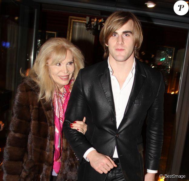 Exclusif - Amanda Lear et son ami Hugo dînent au Fouquet's à Paris le 28 janvier 2015.