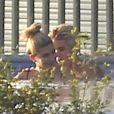 Exclusif - Justin Bieber et Hailey Baldwin se baignent dans la piscine du chanteur. Beverly Hills, le 21 janvier 2015.