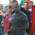 Kanye West en tenue camuflage lors de son arrivée au Phoenix Stadium de Glendale le 1er février 2015 à l'occasion du Super Bowl entre les Seahawks de Seattle et les Patriots de New England