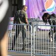 Kim Kardashian a quelques problèmes de talon lors de son arrivée au Phoenix Stadium de Glendale avec Kanye West le 1er février 2015 à l'occasion du Super Bowl entre les Seahawks de Seattle et les Patriots de New England