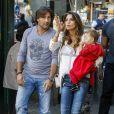 Claudia Galanti, enceinte d'Indila et avec sa fille Tal dans les bras, avec Arnaud Mimran dans les rues de Milan lors de la Fashion Week, le 18 septembre 2013.