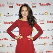 Andie MacDowell : Divine, elle sort sa plus belle robe rouge...