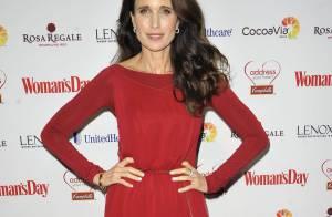 Andie MacDowell : Divine, elle sort sa plus belle robe rouge...