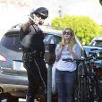 Exclusif - Drew Barrymore est interpellée par un policier et reçoit une amende pour avoir traversé la rue en dehors des passages piétons à Los Angeles. Le 27 novembre 2014
