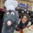 La jolie Martina Stoessel pose avec Ratatouille - La troupe de Violetta visite le parc d'attraction Disneyland Paris à Marne-la-Vallée le 17 février 2015.