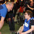 """Le handballeur des Bleus Thierry Omeyer rend visite à des enfants malades de la Clinique Edouard Rist à Paris le 24 février 2015 dans le cadre du programme """"Sport à l'Hôpital"""" de l'association Premiers de Cordée."""