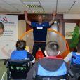 """Les handballeurs Thierry Omeyer et Xavier Barachet rendent visite à des enfants malades de la Clinique Edouard Rist à Paris le 24 février 2015 dans le cadre du programme """"Sport à l'Hôpital"""" de l'association Premiers de Cordée."""