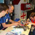 """Thierry Omeyer et Xavier Barachet rendent visite à des enfants malades de la Clinique Edouard Rist à Paris le 24 février 2015 dans le cadre du programme Sport à l'Hôpital"""" de l'association Premiers de Cordée."""