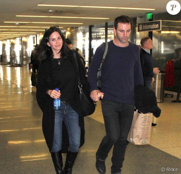 Courteney Cox et Johnny McDaid ainsi que Coco sont photographiés main dans la main à LAX l'aéroport de Los Angeles le 25 février 2015