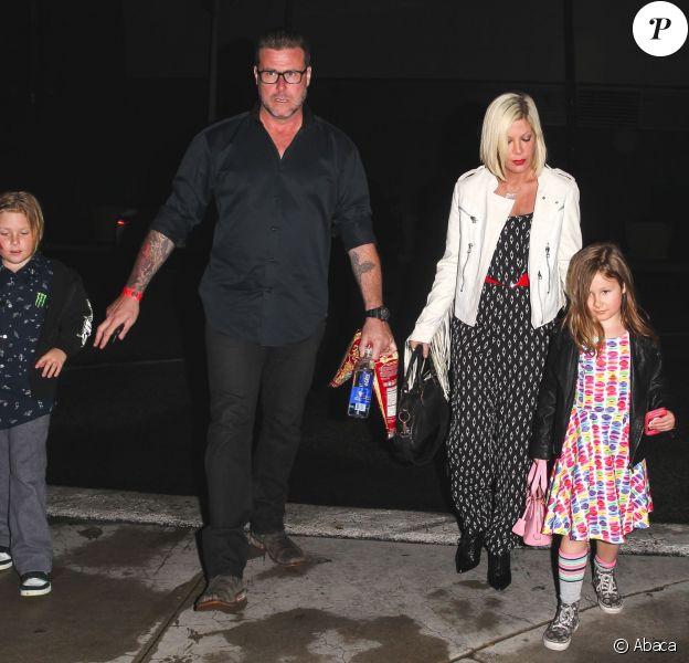 Tori Spelling et son Dean McDermott retournent à leur voiture après avoir emmené leurs enfants voir un événement d'arts martiaux le UFC 184 au Staples Center de Los Angeles le 28 février 2015