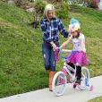 Tori Spelling aide sa fille Stella à faire du vélo. Elle a confié aux paparazzi que c'était la première fois qu'elle en faisait et a demandé si elle pouvait récupérer une des photos qu'ils avaient prise pour immortaliser ce moment, le 24 février 2015