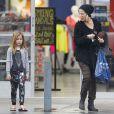 Exclusif - Tori Spelling emmène ses enfants Liam et Stella faire du shopping chez Skechers à Encino, le 1er mars 2015