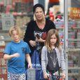 Exclusif - Tori Spelling emmène ses enfants Liam et Stella faire du shopping chez Skechers à Encino, le 1er mars 2015.