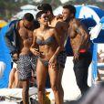 Nicole Murphy et David McIntosh se relaxent avec des amis sur la plage à Miami, le 1er mars 2015.