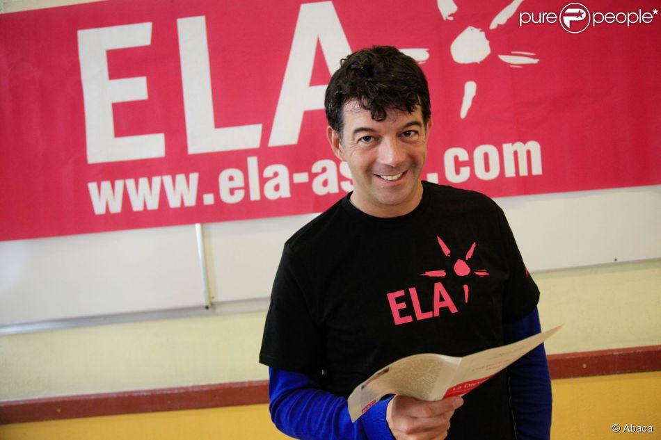 Stephane Plaza lit une dictée dans une école pour soutenir l'association ELA à Paris, en octobre 2012.