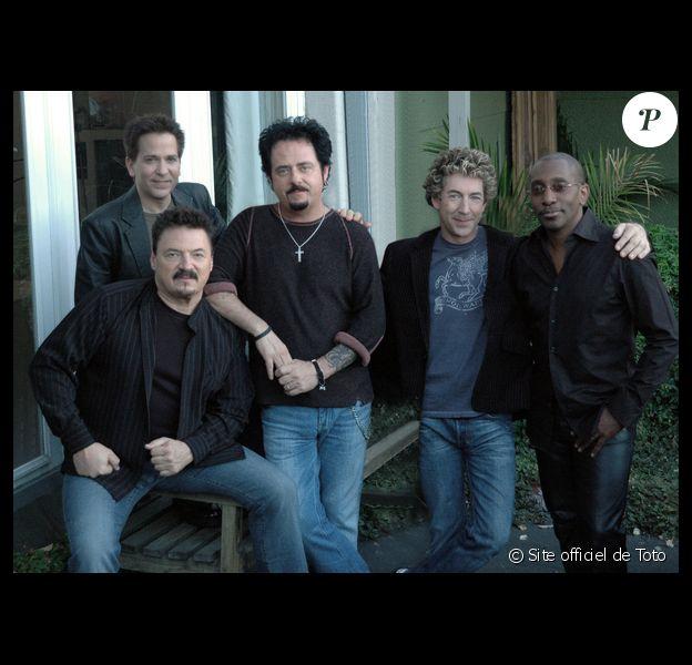 Toto a eu la douleur d'annoncer la mort de son ancien bassiste Mike Porcaro (en haut à gauche), survenue le 15 mars 2015. Atteint de la maladie de Charcot, il avait 59 ans.