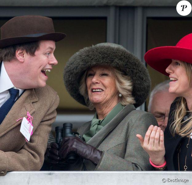 Camilla Parker-Bowles, duchesse de Cornouailles, avec son fils Tom Parker-Bowles et sa fille Laura Lopes, au Festival de Cheltenham le 11 mars 2015