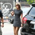 Taylor Swift va déjeuner au restaurant AOC avec Jaime King enceinte à Beverly Hills, le 10 mars 2015.