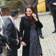 Kate Middleton, duchesse de Cambridge, enceinte de huit mois, visitait le 18 mars 2015 le foyer pour enfants Brookhill Children's Centre, à Woolwich, dans la banlieue est de Londres, notamment pour voir le travail qu'effectue l'association Home-Start auprès de parents vulnérables.