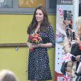 Kate Middleton, enceinte de huit mois, visitait le 18 mars 2015 le foyer pour enfants Brookhill Children's Centre, à Woolwich, dans la banlieue est de Londres, notamment pour voir le travail qu'effectue l'association Home-Start auprès de parents vulnérables.