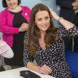 Kate Middleton, duchesse de Cambridge, enceinte de huit mois, a visité le 18 mars 2015 le foyer pour enfants Brookhill Children's Centre, à Woolwich, dans la banlieue est de Londres, notamment pour voir le travail qu'effectue l'association Home-Start auprès de parents vulnérables.