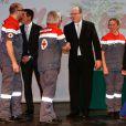 Le prince Albert II de Monaco remettait les diplômes de la Croix Rouge monégasque en compagnie du docteur Mathieu Liberatore à l'auditorium Rainier III à Monaco, le 16 mars 2015.