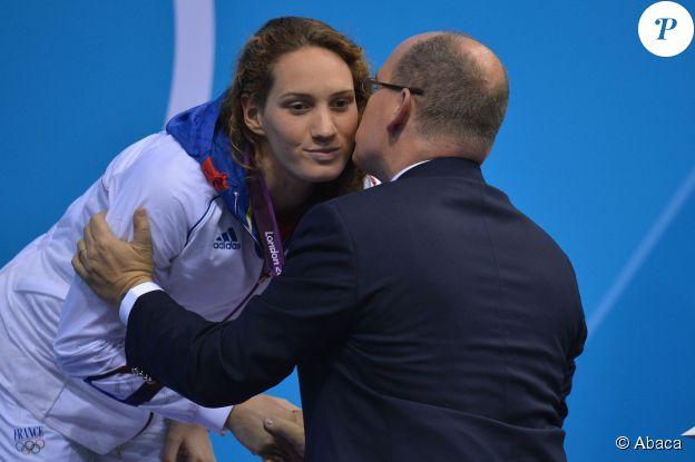 Le prince Albert II de Monaco remettant à Camille Muffat sa médaille d'or du 400 m nage libre aux JO de Londres le 29 juillet 2012