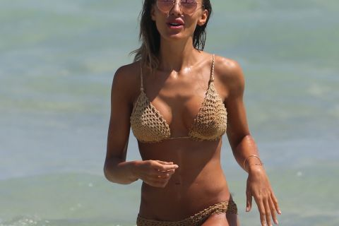 Alessia Tedeschi : En bikini à la plage, la bombe italienne se détend