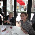 """Exclusif - Tony Gomez vient saluer Josée Dayan, Catherine Frot et Julie Depardieu qui déjeunent ensemble pour préparer le tournage de """"La tueuse caméléon"""", une fiction pour France 2 au restaurant Fouquet's à paris le 18 mars 2015."""