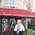 """Exclusif - Catherine Frot pose en arrivant pour son déjeuner avec Josée Dayan et Julie Depardieu pour préparer le tournage de """"La tueuse caméléon"""", une fiction pour France 2 au restaurant Fouquet's à paris le 18 mars 2015."""