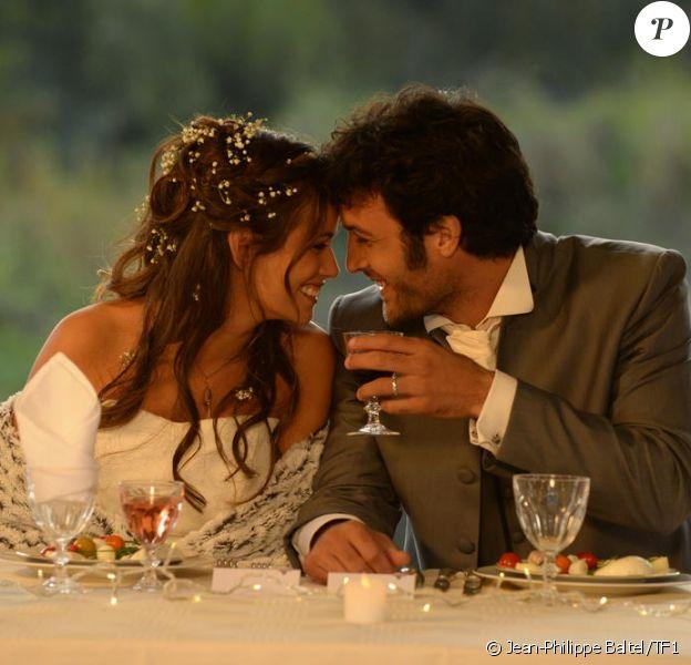 """Lucie Lucas et Benoît Michel, jeunes mariés, dans l'épisode final de la saison 5 de Clem """"Ça y est je marie ma fille"""", le lundi 30 mars 2015 sur TF1"""
