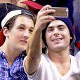 Zac Efron, Miles Teller se photographient alors qu'ils assistent au match de basket des Miami Heat a Miami. Le 23 janvier 2014