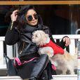Exclusif - Vanessa Hudgens et sa soeur Stella se baladent avec un petit chien dans les rues de New York, le 15 mars 2015