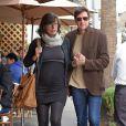 Milla Jovovich enceinte et son mari Paul W.S Anderson vont déjeuner au restaurant Il Pastaio à Beverly Hills, le 19 décembre 2014.