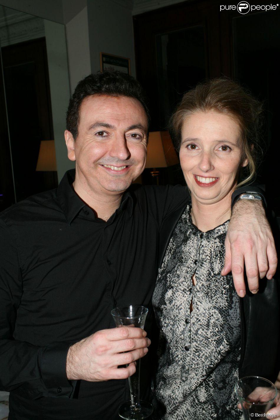 Gérald Dahan pose avec sa belle Claire dans sa loge au Petit Montparnasse à Paris, le 16 janvier 2015.