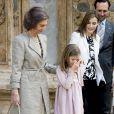 Felipe VI et Letizia d'Espagne, leurs filles Leonor, princesse des Asturies, et Sofia, ainsi que la reine Sofia assistaient ensemble, le 5 avril 2015, à la messe de Pâques en la cathédrale de Palma de Majorque.