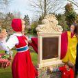 La princesse Viktoria de Bourbon-Parme, épouse du prince Jaime, a inaugurer une plaque avant de récolter le 13 avril 2015 les pièces de la fontaine à souhaits du parc d'attractions Efteling, à Kaatsheuvel, pour le compte de Save the Children Pays-Bas, dont elle est la marraine.