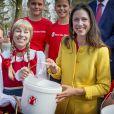 Une belle récolte ! La princesse Viktoria de Bourbon-Parme, épouse du prince Jaime, a récupéré le 13 avril 2015 les pièces de la fontaine à souhaits du parc d'attractions Efteling, à Kaatsheuvel, pour le compte de Save the Children Pays-Bas, dont elle est la marraine.