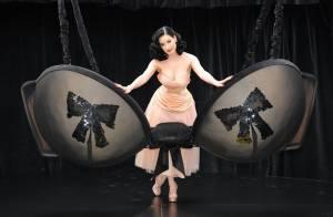 REPORTAGE PHOTOS : Dita Von Teese vous présente son... soutien-gorge !