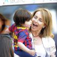 Milan avec sa mamie Montserrat. Shakira, aidée par sa belle-mère Montserrat Bernabeu, est venue avec ses enfants Milan (2 ans) et Sasha (3 mois) encourager Gérard Piqué au Camp Nou le 18 avril 2015 lors du match FC Barcelone - FC Valence.