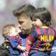 Gerard Piqué avec ses fils Milan (2 ans) et Sasha (3 mois) dans les bras lors du match FC Barcelone - FC Valence le 18 avril 2015 au Camp Nou.