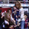 Shakira, aidée par sa belle-mère Montserrat Bernabeu, est venue avec ses enfants Milan (2 ans) et Sasha (3 mois) encourager Gérard Piqué au Camp Nou le 18 avril 2015 lors du match FC Barcelone - FC Valence.