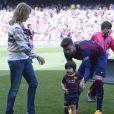 Gerard Piqué avec son fils Milan (2 ans) lors du match FC Barcelone - FC Valence le 18 avril 2015 au Camp Nou. Sa compagne Shakira était venue aussi avec Sasha, 3 mois.