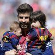 Gerard Piqué avec ses deux garçons Milan (2 ans) et Sasha (3 mois) dans les bras lors du match FC Barcelone - FC Valence le 18 avril 2015 au Camp Nou, auquel Shakira assistait.