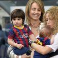 Sasha dans les bras de sa mamie Montserrat. Shakira, aidée par sa belle-mère Montserrat Bernabeu, est venue avec ses enfants Milan (2 ans) et Sasha (3 mois) encourager Gérard Piqué au Camp Nou le 18 avril 2015 lors du match FC Barcelone - FC Valence.