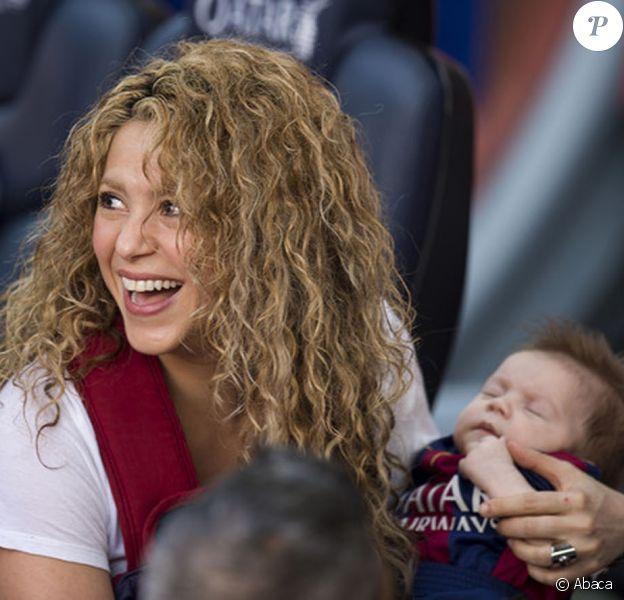 Sasha dans les bras de sa maman. Shakira, aidée par sa belle-mère Montserrat Bernabeu, est venue avec ses enfants Milan (2 ans) et Sasha (3 mois) encourager Gérard Piqué au Camp Nou le 18 avril 2015 lors du match FC Barcelone - FC Valence.