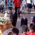 Le prince William, Charles Spencer, 9e comte Spencer, le prince Harry et le prince Charles suivant le cercueil de la princesse Diana lors de ses obsèques le 6 septembre 1997, à Londres.