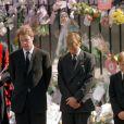 Charles Spencer, 9e comte Spencer, le prince William, le prince Harry et le prince Charles lors des obsèques de la princesse Diana le 6 septembre 1997, à Londres.